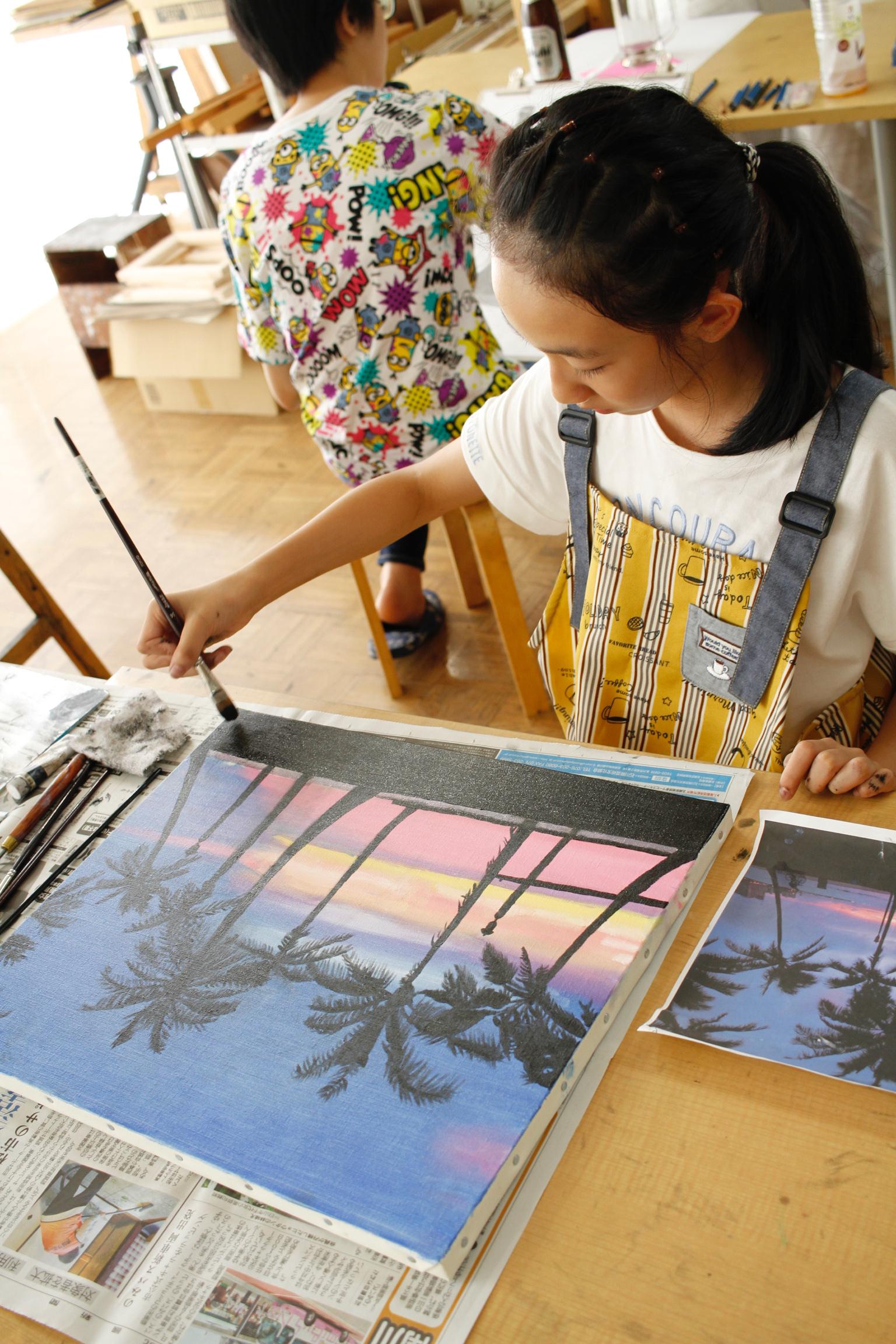 金沢美術学院のこども絵画教室で油絵